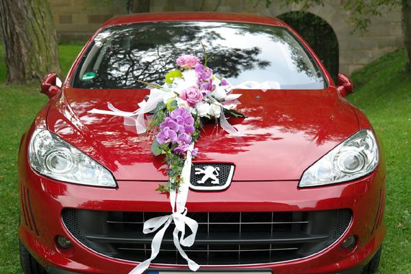 Fleurs sur voiture des mariés
