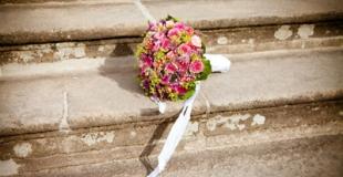 La tradition du lancer de bouquet de la mariée